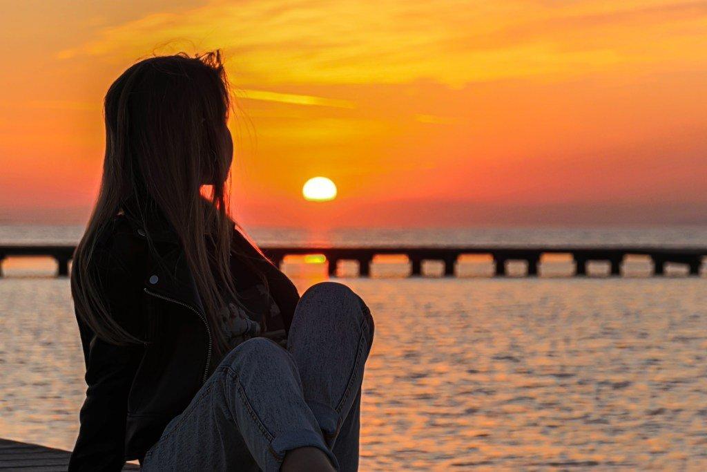 Sara mirando la puesta de sol del delta
